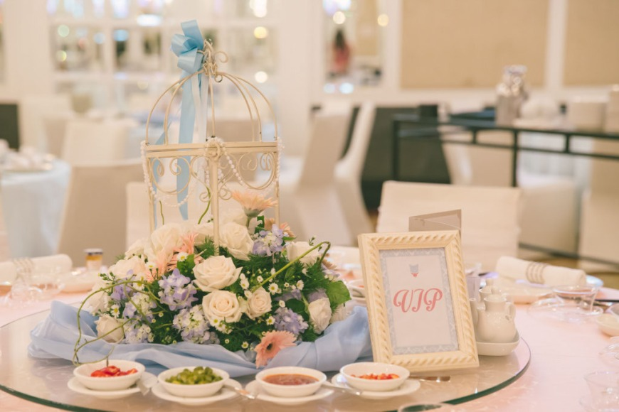VIP table with roses and birdcage decor