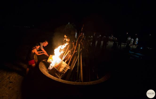 Nikoi Island: Bon fire