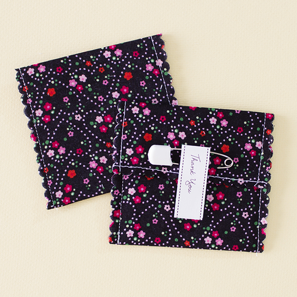 Kuroi: Sweet flowers on black fabric favour pouch