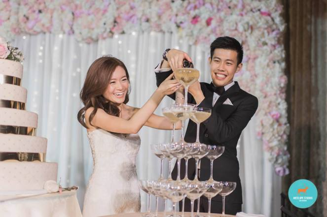 Fullerton Hotel, Champagne pouring
