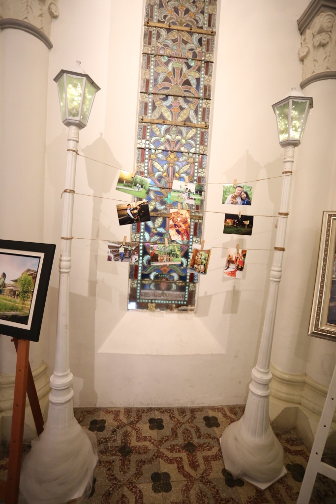 Photo Gallery with hanging pictures and street lamps