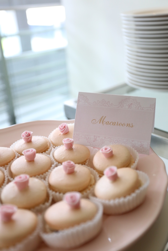 Macaroons with fondant flowers